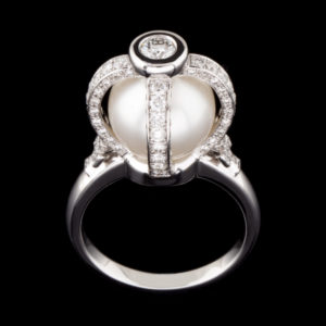 Virtuti Royal Ring with Pearl and Diamonds